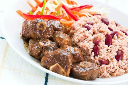 kidneybohnen: Karibik-Style Curry-Ochsenschwanz mit Reis mit roten Bohnen. Gericht mit Gem�se-Salat. Shallow DOF.