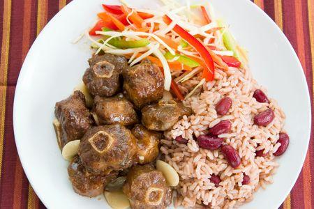 kidneybohnen: Karibik-Stil gestriegelt Oxtail serviert mit Reis, gemischt mit roten Bohnen Niere. Dish mit Gem�se-Salat. Stehrevier DOF.  Lizenzfreie Bilder