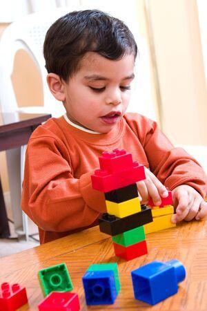 彼のブロックで遊んでいる間集中して子