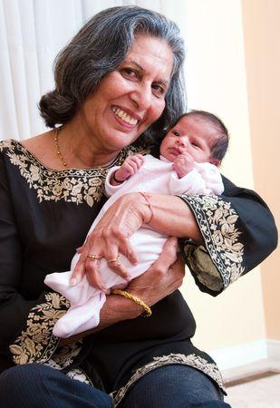 Eine Großmutter schaut liebevoll auf ihre Enkelin  Standard-Bild - 1180429