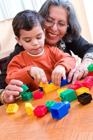 子どもだまし彼のブロックの中に彼の祖母は彼を助ける