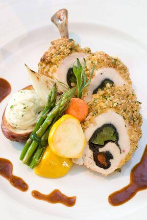 highend: Fettine di pollo impanati ripieni di peperoni dolci e servita con asparagi e verdure