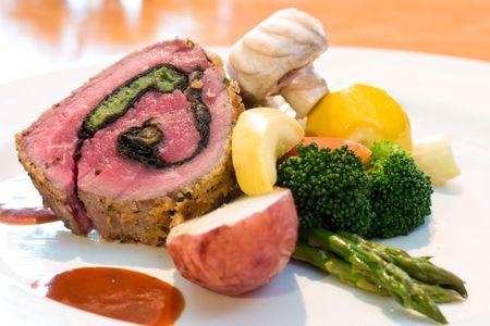 highend: Mouthwatering piatto di bistecche di manzo servita con funghi, patate rosse, asparagi, broccoli, calce cuneo e bistecca salsa.