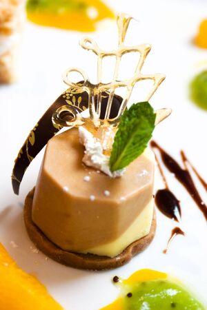 highend: Esotiche caff� e cioccolato dolce toppped con una foglia di menta