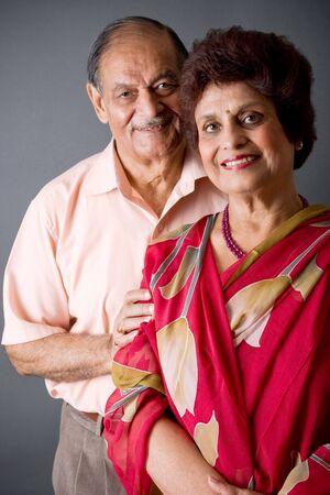 vestidos antiguos: Retrato de un anciano feliz pareja oriental indio