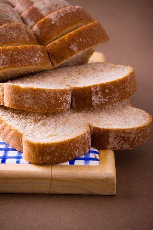 Een brood van gesneden hele tarwe brood