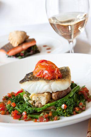 晴しい大西洋タラ小魚ネギ ハッシュ、煮込み rapini、赤唐辛子をサフラン、バーニャカウダ ソースを添えてください。白ワインとペアに完全に。 写真素材 - 5815886
