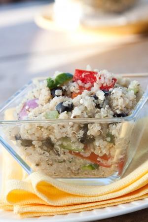 quinua: Ensalada nutritiva y deliciosa hecha de granos de quinua, queso feta, aceitunas, tomates, pimientos verdes, apio, cebolla y especias selectas