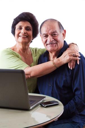 senior ordinateur: Portrait d'un couple heureux personnes �g�es des Indes orientales Banque d'images