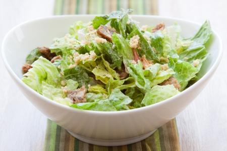 ensalada cesar: Vegan ensalada César con lechuga romana fresca mezclada con aderezo César y cubierto con queso parmesano Piñones
