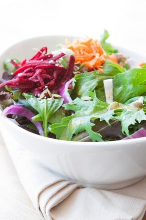 pinoli: Insalata fatta con lattuga fresca, spinaci, cipolle, bietole, lattuga e carote condita con vinaigrette balsamica