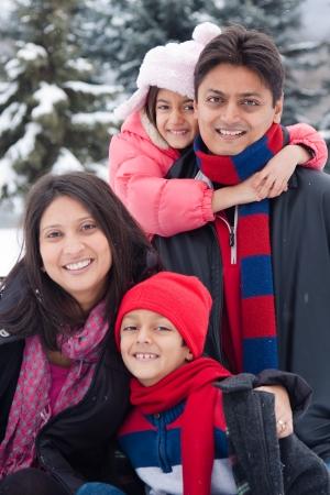 아름다운 동부 인도의 부모는 눈에 그녀의 아이들과 함께 재생할 수 있습니다.
