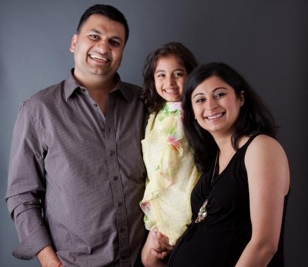 Imagen de una familia de la India Oriental con el padre, la madre y su hija Foto de archivo - 17452611