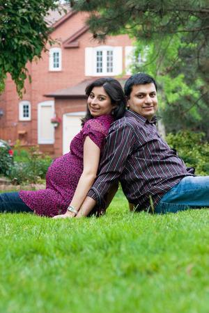 homme enceint: Image d'un homme indien Est assis � l'ext�rieur avec sa femme enceinte Banque d'images