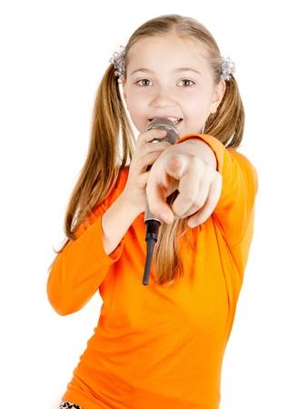 niño cantando: Hermosa niña cantando en un micrófono