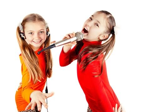 cantando: Hermosa chica cantando en un micr�fono