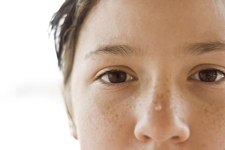 ojos marrones: niña de ojos marrones con gotas de agua cerca