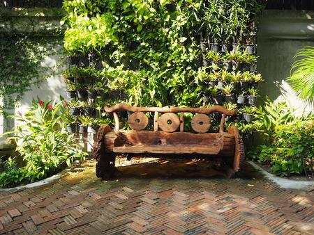 silla de madera: silla de madera sola en el jardín.