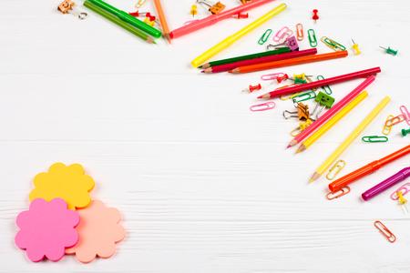 Bunte Bleistifte Und Filzstifte, Färben Notepapers, Büroklammern ...
