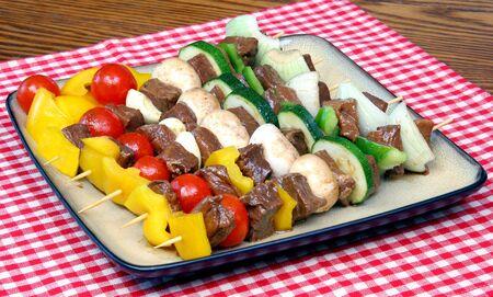 carnes y verduras: Marinados verduras y carnes en Skewers  Foto de archivo