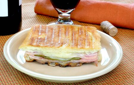 Jamón, queso y pimiento asado Panini sandwich Foto de archivo - 3521533