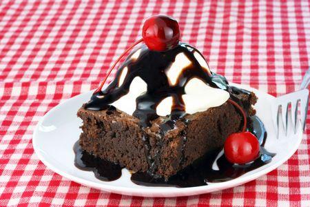 brownie: Un tentador brownie sundae con cerezas.