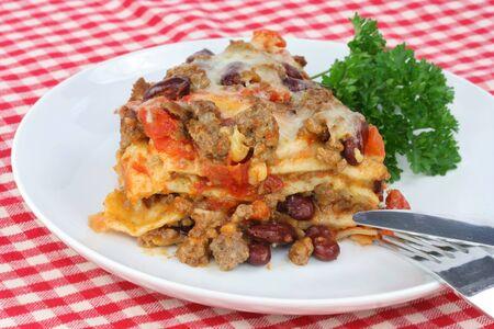 kidneybohnen: Mexican Taco Kasserolle mit Tacos, Bohnen, K�se, Tomaten und Hackfleisch.