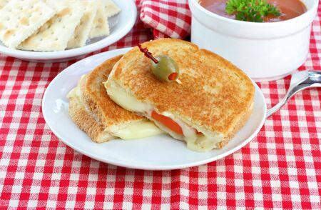 Gegrilde kaas en tomaat, Tomaat soep en een kant van krakers voor een heerlijke, gezonde lunch of diner.