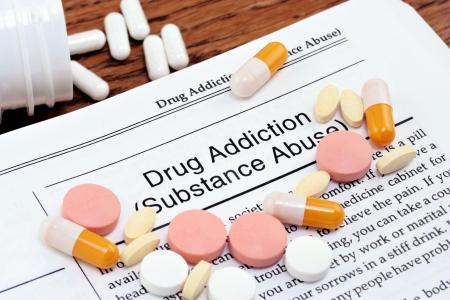 drogadicto: Informaci�n sobre la adicci�n a las drogas o el uso indebido de sustancias con p�ldoras de varius dispersas en la p�gina. Close up macro disparo.