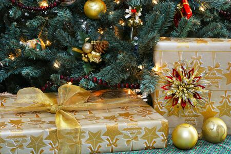beautifully wrapped: Beautifully wrapped gifts under a festive Christmas tree.