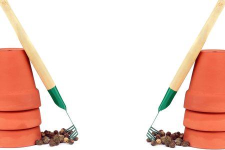 ollas de barro: Ambas partes de la imagen tienen vasijas de arcilla con rastrillos jard�n contra un fondo blanco. Centro est� vac�o con espacio de copia.