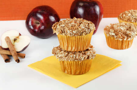 apple cinnamon: Focaccine impilati apple cannella su un tavolo bianco.