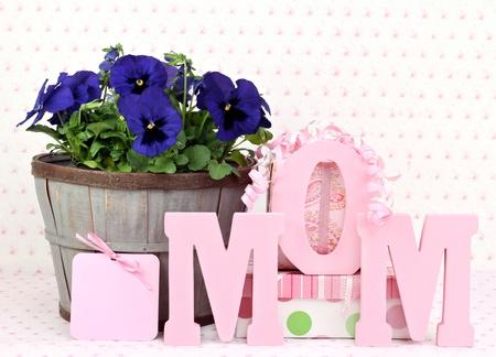 Pansys bello en una cesta rústica, regalos, una tarjeta de regalo y mamá se exponen en letras de madera.  Ideal para cumpleaños o el día de las madres de mamá.