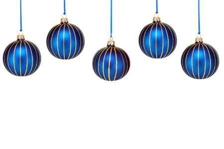 Vijf blauw en goud Kerst ornamenten vormen een bovenrand.  Geïsoleerd op wit met kopie ruimte onder ornamenten.