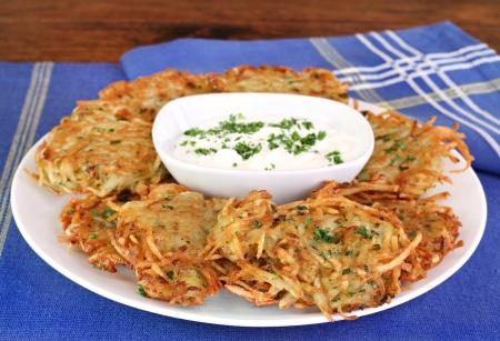 panqueques: Tortitas de patata alemana o latkes con crema agria. Foto de archivo