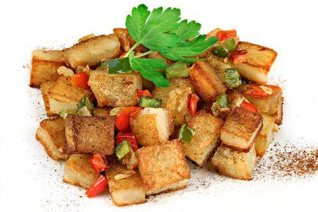 onions: Una pila de patata a lo pobre con pimientos, cebolla y pimentón. Sobre un fondo blanco.