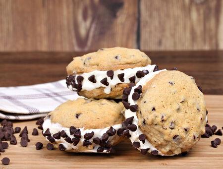Homemade sándwiches de galleta con chispas de chocolate helado de vainilla Foto de archivo - 26821208