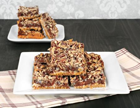 galleta de chocolate: Chispas de chocolate y barras de galletas de nuez, de cerca, con copia espacio.