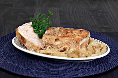 cebollas: lomo de cerdo asado con cebolla. Cerrar con espacio de copia. Foto de archivo