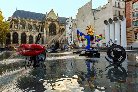 Paris, France-Novembre 08. 2012: Fontaine Stravinsky (1983) est une fontaine avec 16 ?uvres de la sculpture, le déplacement et la pulvérisation d'eau, ce qui représente oeuvres du compositeur Igor Stravinsky Banque d'images - 17269836