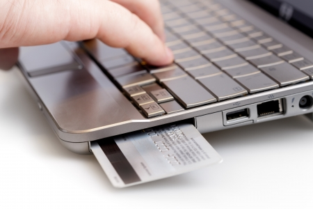 Betaalterminal voor creditcards in een laptop Stockfoto