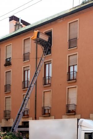 montacargas: Traslado veh�culo con ascensor llevando muebles arriba y hacia abajo