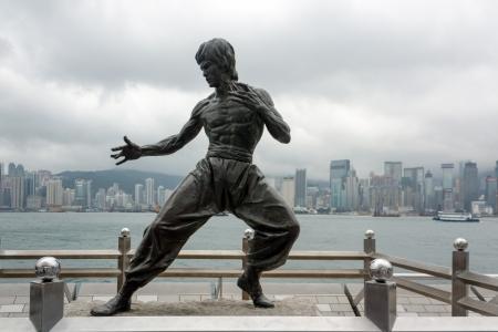 HONG KONG - 16 mei Bruce Lee standbeeld op de Avenue of Stars op 16 mei 2013 in de wijk Tsim Sha Tsui, Hong Kong Het standbeeld is een van de belangrijkste attracties van de beroemde boulevard