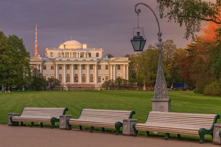 palacio ruso: SAINTPETERSBURG RUSIA 16 de mayo 2015: Palacio de Elagin en Isla Elagin en la primavera San Petersburgo Rusia. En ella, el Museo de las artes y artesanías rusas y el interior de los siglos XVIIIXX.