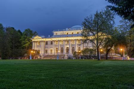 Russian palace: SAINTPETERSBURG RUSIA 16 de mayo 2015: Palacio de Elagin en Isla Elagin en la primavera San Petersburgo Rusia. En ella, el Museo de las artes y artesan�as rusas y el interior de los siglos XVIIIXX.