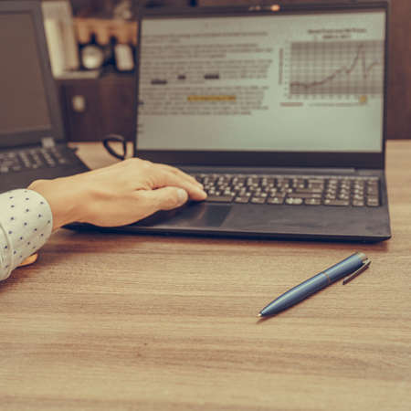 Photo Businessman hand using his laptop, close up. Office work. Foto de archivo