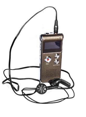 grabadora: grabadora de voz con auriculares en el fondo blanco