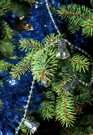 Spruce branch with garland and tinsel close up Archivio Fotografico - 126202442