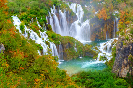 Waterfall the Plitvice Lakes in  Croatia Imagens