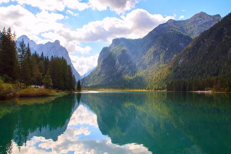 Lago di Dobbiaco la montagna Dolomiti in Italia, Europa Archivio Fotografico - 58988823